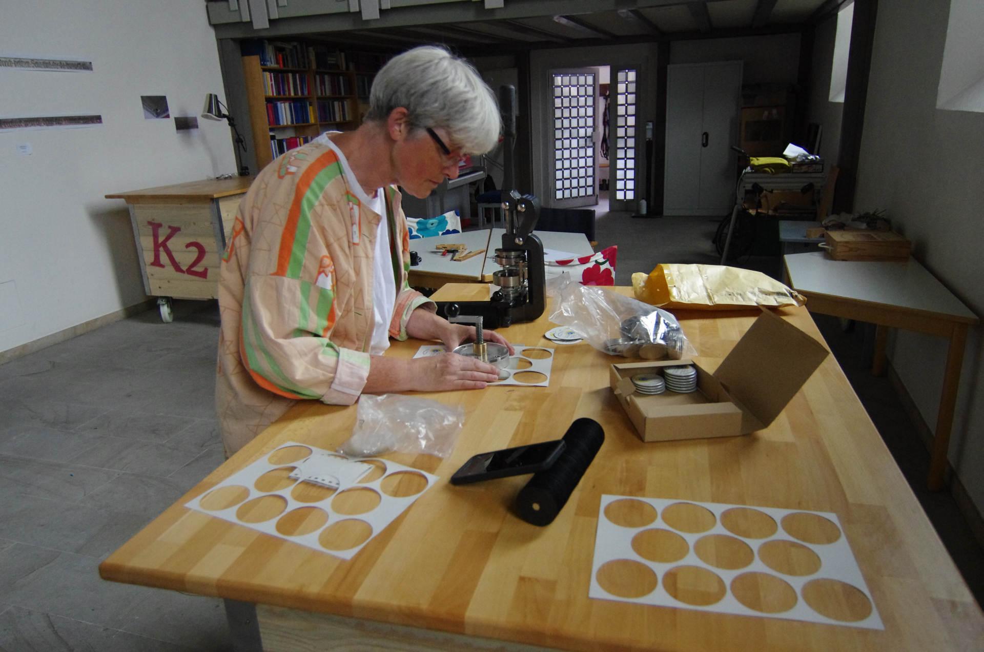 Susanne bei der Produktion von Buttons, hier 59 mm Durchmesser