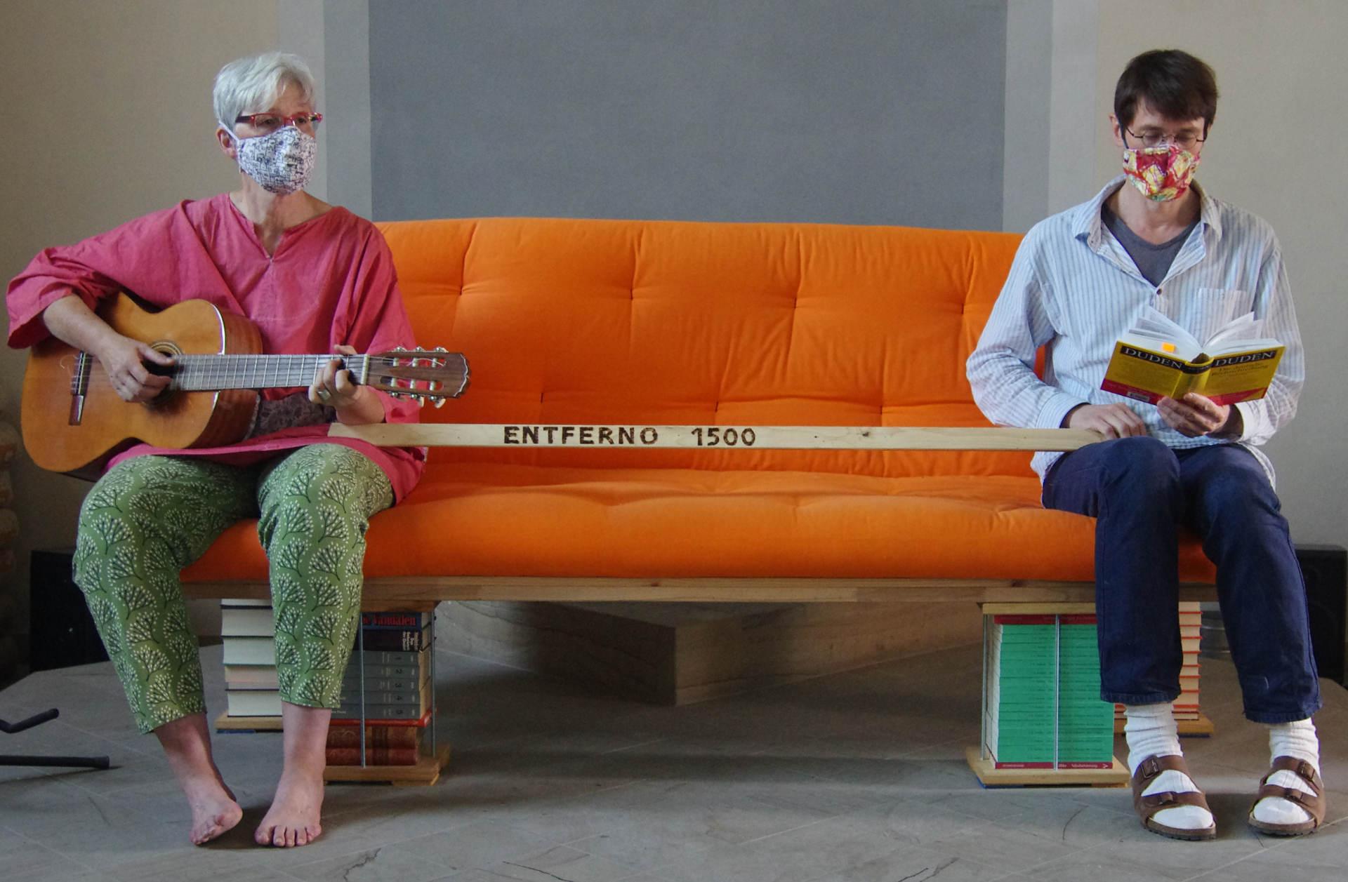 Susanne und Urban auf dem Sofa, dazwischen der Entferno 1500. 1,5 Meter ist schon sehr viel!