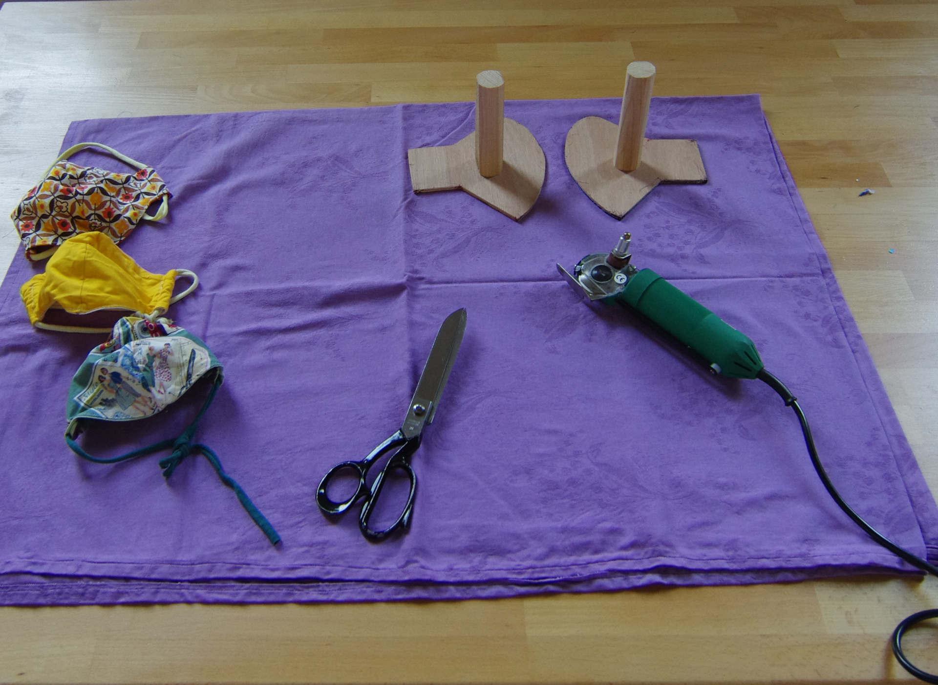 Die Materialen und Werkzeuge für die Maskenproduktion