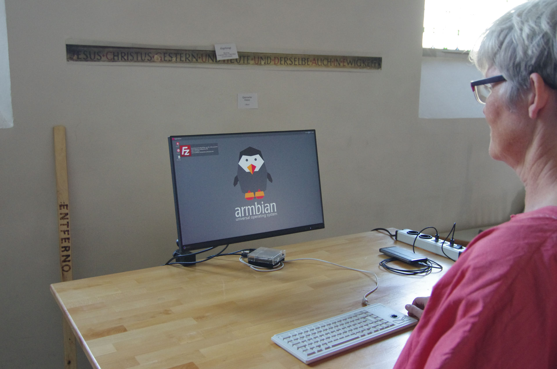 Minimalistische PC-Platz Ausstattung: Bildschirm, Tastatur, Minicomputer (Raspberry Pie)